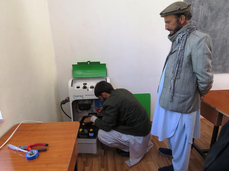 L'électricien répare le générateur solaire
